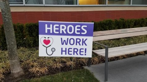 A sign in front of Northwestern Lake Forest Hospital