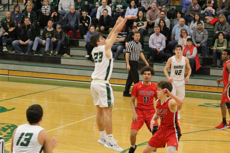 Boys+basketball+shoots+at+regionals